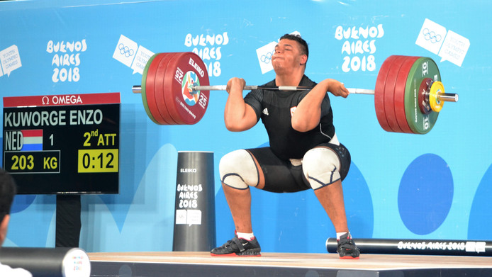 Enzo Kuworge stoot 203 kilo tijdens de finale van het gewichtheffen tijdens de Jeugd Olympische Spelen in Burnos Aires.