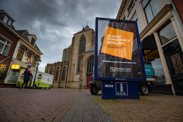Het bord met de bewuste poster is naast de Bovenkerk in Kampen te vinden.