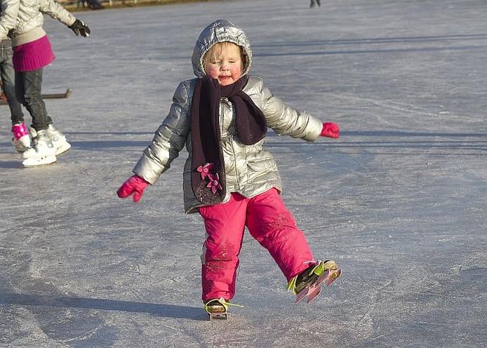 Faye Schaffers probeert overeind te blijven op de ijsbaan in Lievelde (archiefbeeld).