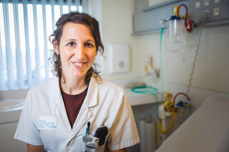 """""""Wanneer we ondanks een negatieve test vermoeden dat iemand toch besmet is, houden we die persoon soms in isolatie en testen we een dag later opnieuw"""" Eva Van Braeckel (UZ Gent)"""