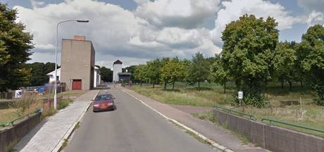 Zwaar verkeer geweerd van weg over sluis Eefde