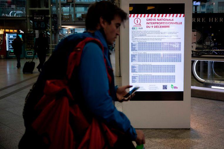 Door de acties is sinds donderdag ook het openbaar vervoer in Frankrijk zwaar verstoord, waaronder het treinverkeer en de Parijse metro, en dat zal de komende dagen nog zo blijven.