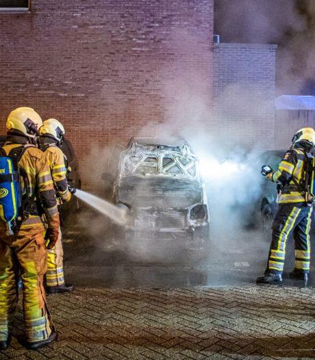 Auto in IJsselstein brandt uit, vermoeden van brandstichting