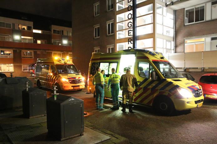 Ambulances bij de woning in Delft na de koolmonoxidemelding.