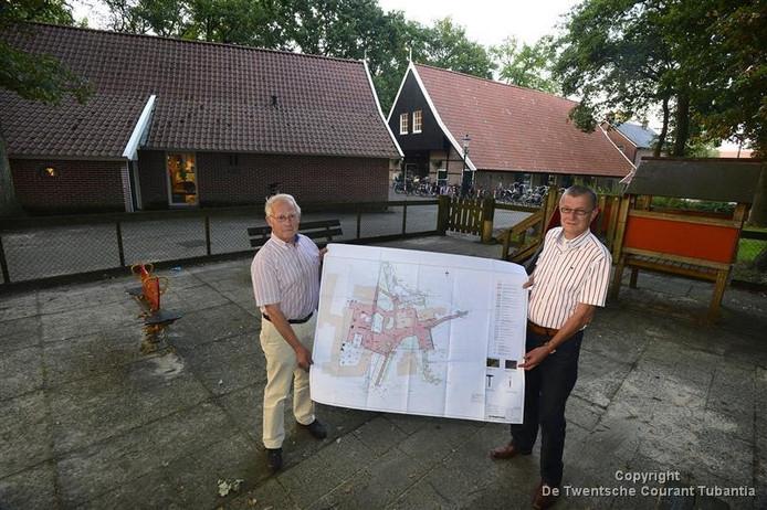 Gerrit Oliemulder en Joop Prinsen presenteerden drie jaar geleden een groots plan voor een opknapbeurt van Noaberplein.