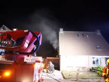Bewoner zwart van het roet door brand in woning in Ommeren