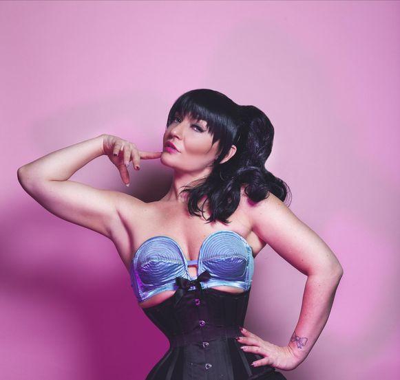 Miss Behave van dansschool Club Burlesque verzorgt de programmatie.