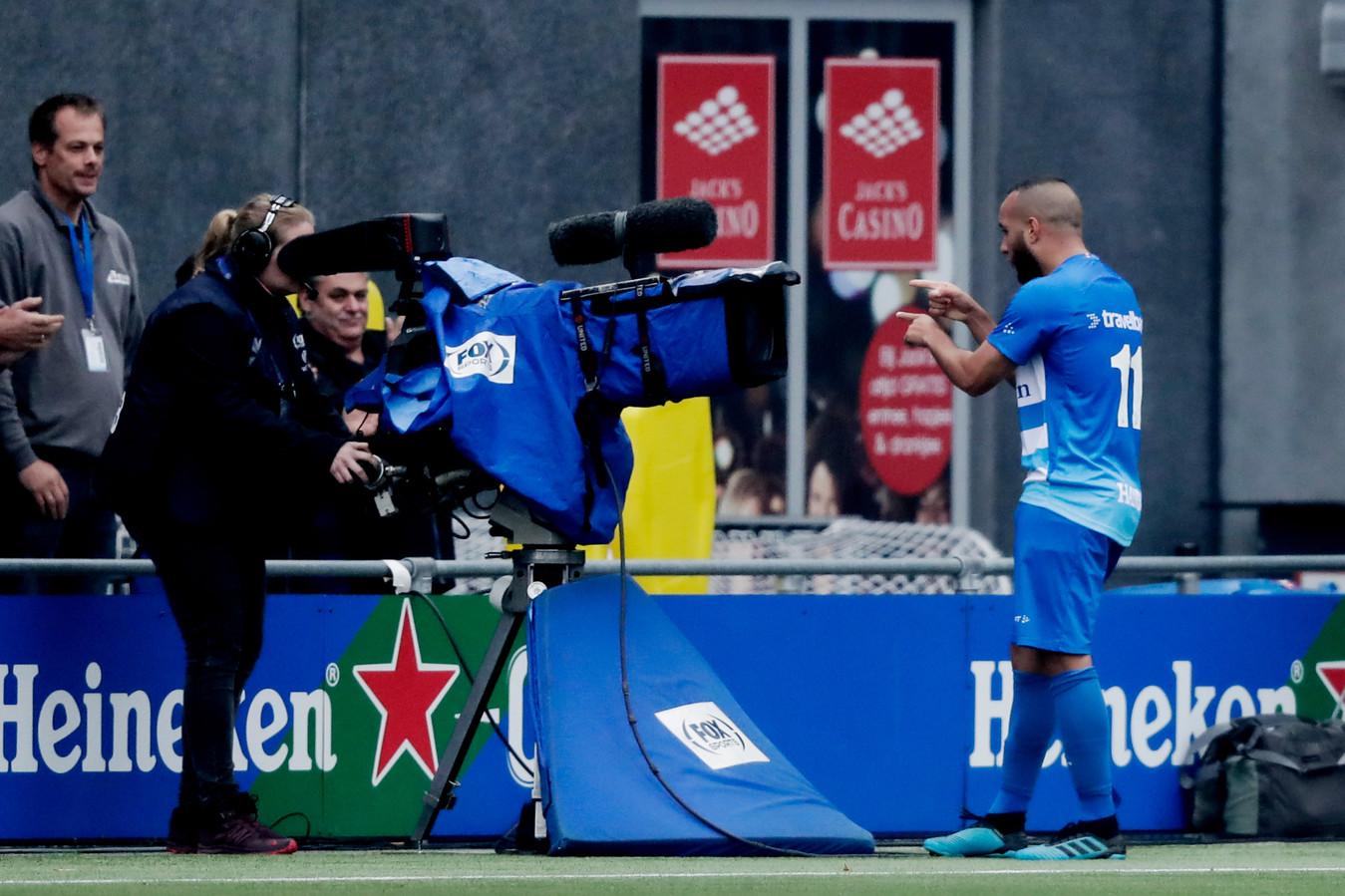 Iliass Bel Hassani viert de 1-1 van PEC Zwolle, dat in de kelderkraker tegen ADO Den Haag door toedoen van Michiel Kramer vroeg tegen een achterstand aankeek.