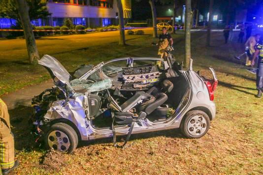 De brandweer heeft de bestuurder uit de auto bevrijd.