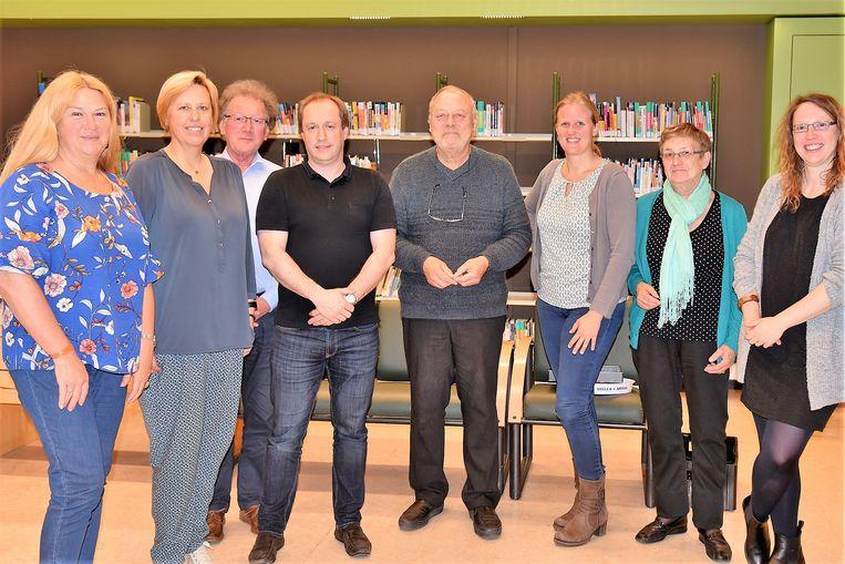 Het gemeentebestuur en de bibliotheek van Beersel zette Hugo Bousset in de bloemetjes. De man is al een kwart eeuw op post als voorzitter van de adviesraad van de bibliotheek.
