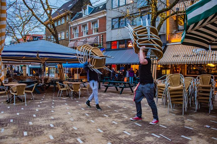De terrassen op de Grote Markt worden opgeruimd