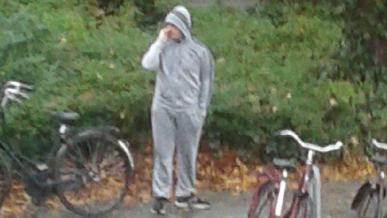 Een jongeman werd twee dagen na de schietpartij gefotografeerd terwijl hij de bosjes doorzocht. Beeld De Politie