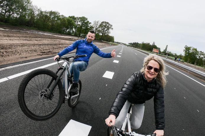 Zit er een selfiestick aan de fiets van zijn vrouwelijke metgezel bevestigd, of heeft Alexander Fianke uit Haaksbergen degene voor hem gevraagd een foto te maken? Hoe dan ook; hij houdt wel van een stuntje op het vrijwel lege wegdek.