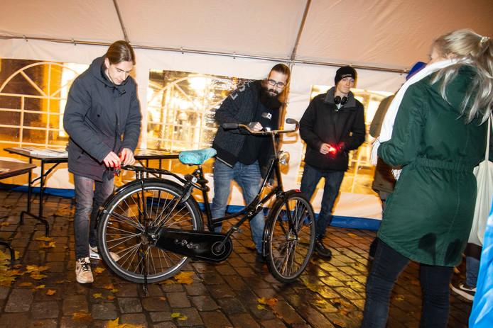 Op het Koningsplein in Nijmegen konden de bekeurde fietsers hun bon inleveren en kregen ze voor 5 euro nieuwe lampjes.