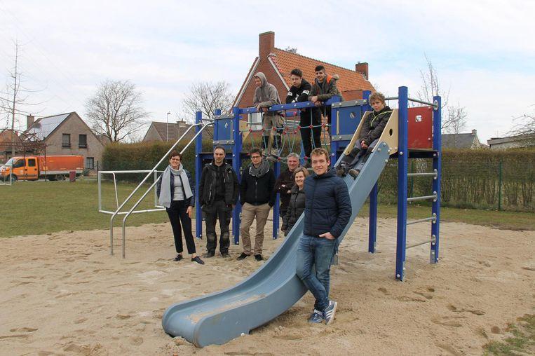 Jeugdschepen Lothar Feys (rechts) en enkele leden van Jongerenatelier op het speelplein Sint-Rafaël.