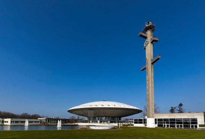 Het ontwerp voor het park en de nieuwe bebouwing rond het Evoluon in Eindhoven. De rondweg met parkeerplaatsen moet verdiept aangelegd worden. De bebouwing mag niet hoger worden dan de rand van het witte dak van de 'vliegende schotel'.