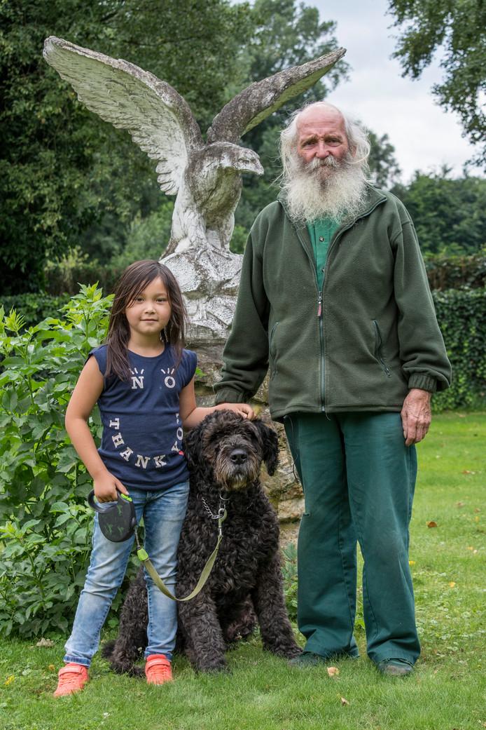 Ad Hommen uit Oisterwijk met zijn kleindochter en de hond Nero.