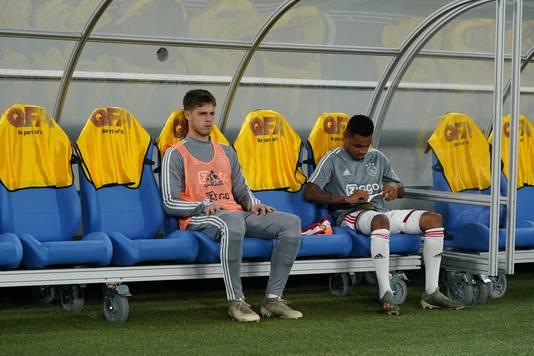 Kik Pierie (links) zat bij Ajax vooral op de bank.