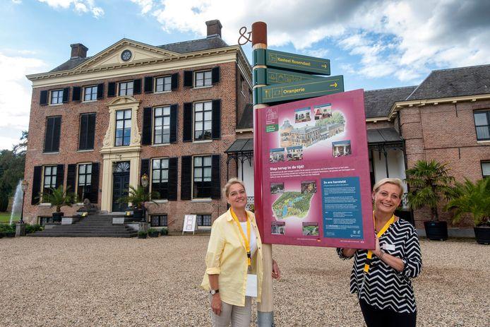 De stewardessen Hulja van Tongeren (links) en Jessy Kokhuis bij kasteel Rosendael, de plek waar ze actief zijn als vrijwilliger.
