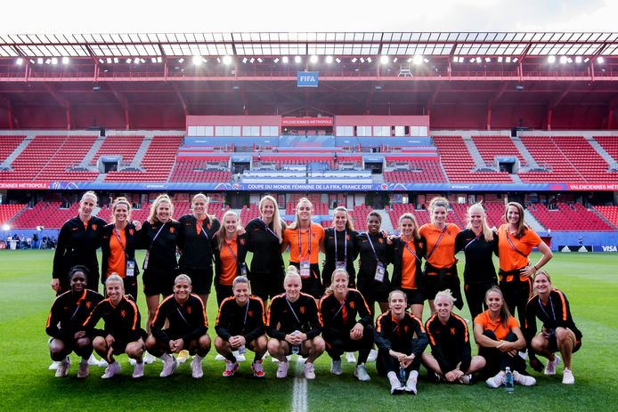 Liza van der Most (onderste rij, eerste van links) met de Oranje-selectie.