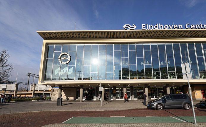 De bijna lege taxi-standplaats bij centraal station Eindhoven.