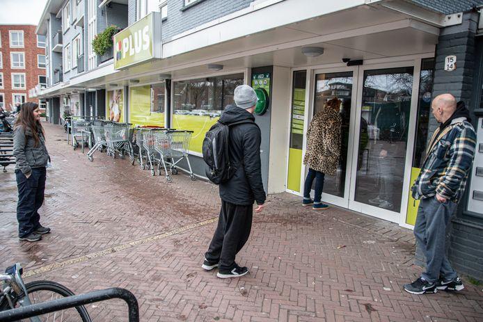 Mensen stonden vrijdag voor een dichte supermarkt, zoals hier bij de Plus op het Vogelplein in Dordrecht. De oorzaak: een stroomstoring in bijna heel Dordrecht.