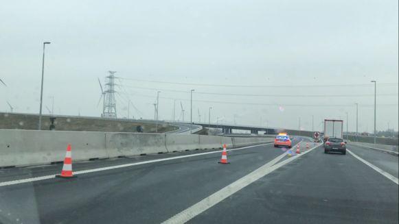 De nieuwe A11-snelweg, afgesloten voor alle verkeer.