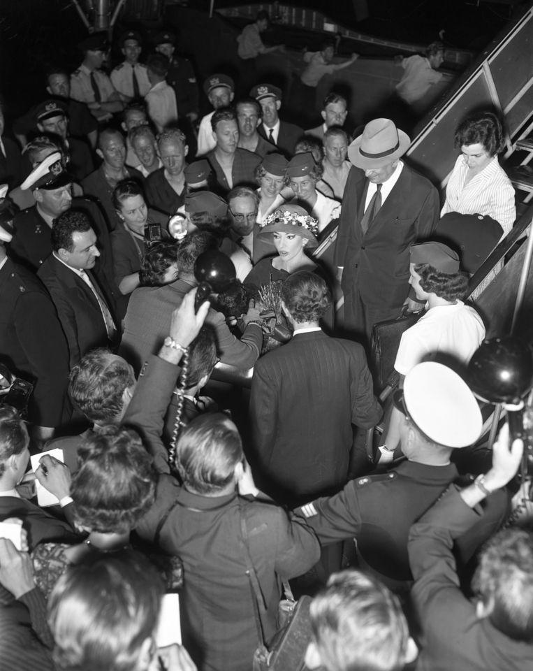 Operazangeres Maria Callas, omringd door hordes fotografen en journalisten, 1959. Beeld MAI / KLM foto Historisch Archief