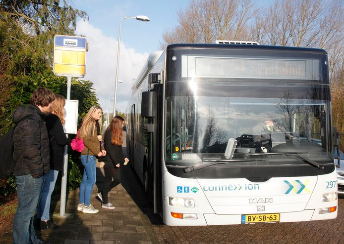 Scholieren stappen op lijn 10 bij bushalte Zandstraat in Hulst.
