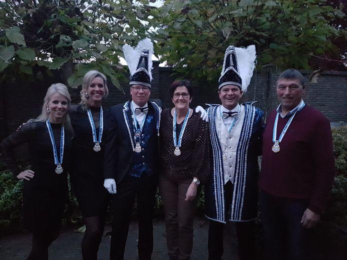Lucie Kuipers(midden) met de hoogheden van carnavalsvereniging De Papsleef'n uit Geesteren.