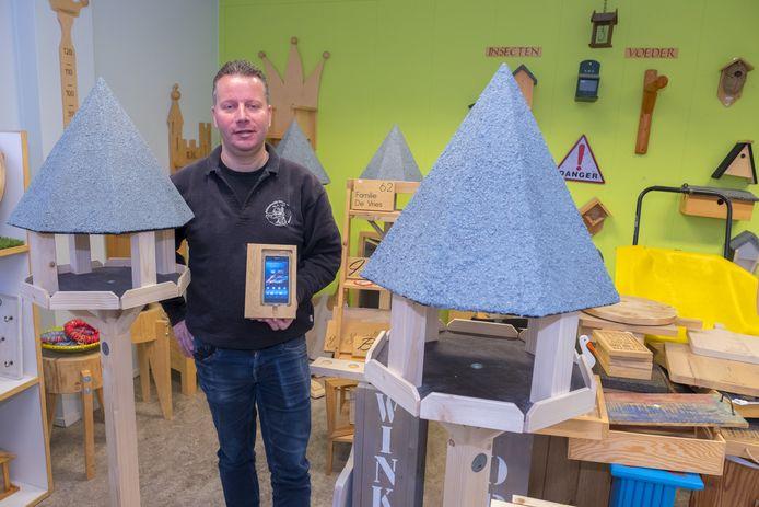 Bart Bardoel bij de vogelhuisjes die in de werkplaats worden gemaakt.
