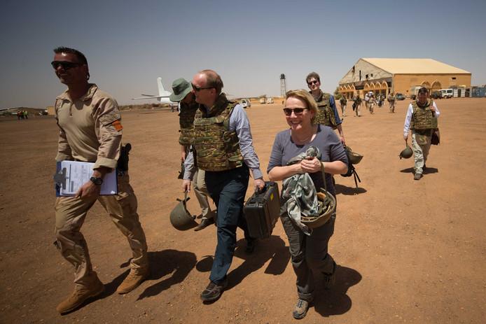 Minister Ank Bijleveld van Defensie tijdens een bezoek aan Mali