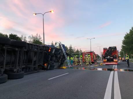 Vrachtwagen kantelt op A348 bij Velp, snelweg uren dicht