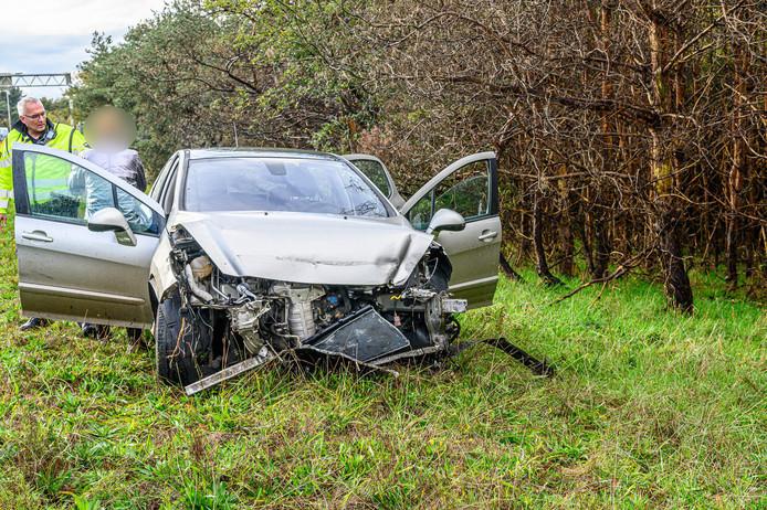Auto botst tegen vangrail op A58