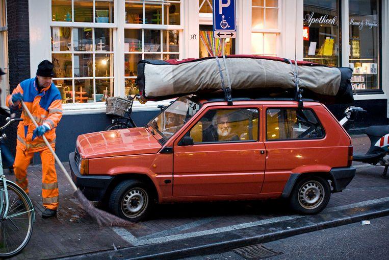 Een klassieke Fiat Panda op de Haarlemmerdijk in Amsterdam.  Beeld Thomas Schlijper /HH