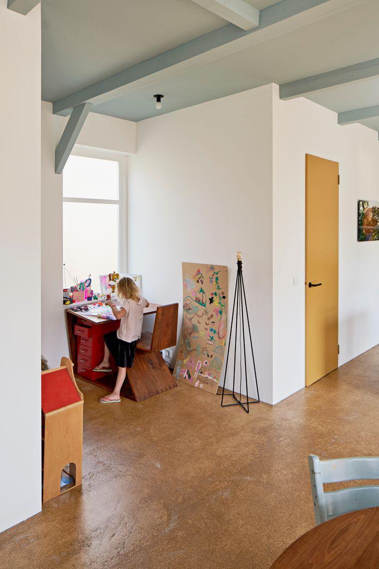 'Het bureautje is mijn afstudeerstuk van de meubelvakschool. Het bureau en de stoel vormen een geheel, als je het uit zou vouwen krijg je een trapezium. Eronder past toevallig precies het Ikealadeblokje.' Beeld Jordi Huisman