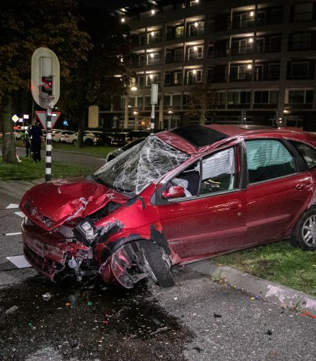 Auto in puin na harde crash in Arnhem; op bijna zelfde plek waar eerder ongeval met fatale afloop gebeurde