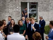 Giebelend Utrechts meisje tuurt door het raam en ziet wat ze al dacht: daar zit de koning