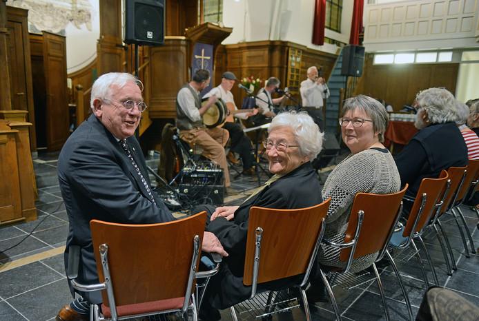 Het stichtingsbestuur van de Vrienden van Burgh met vlnr voorzitter Jan Hogendoorn, secretaris Emmy Scholte en penningmeester Wilma Vredebregt, tijdens een optreden van Windbroke in de kerk vorig jaar.