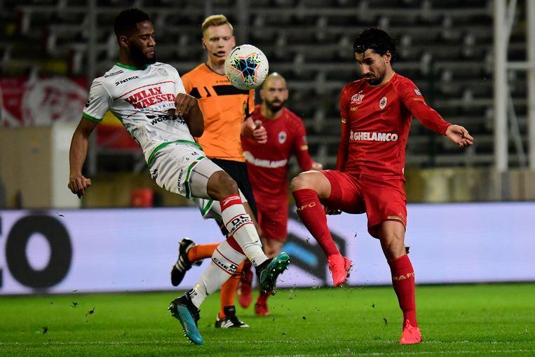 Aboulaye Sissako (l.) in duel met Antwerpspeler Refaelov.