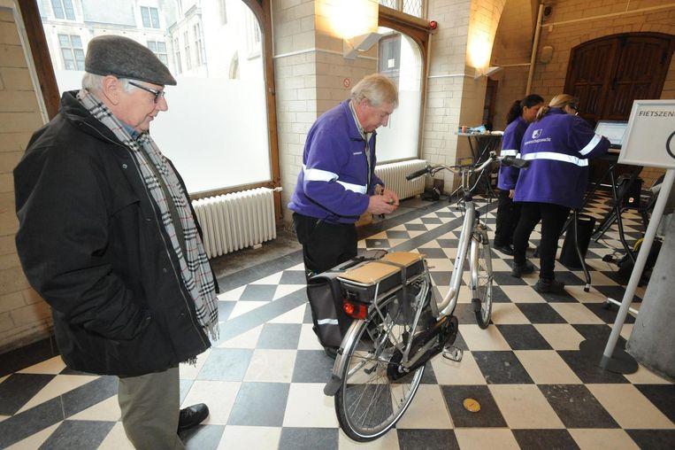 Uit het archief: Roger Merckx kijkt toe hoe zijn fiets gechipt wordt.