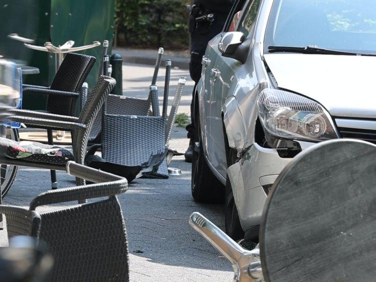 Auto rijdt terras op in Den Haag, bestuurder aangehouden