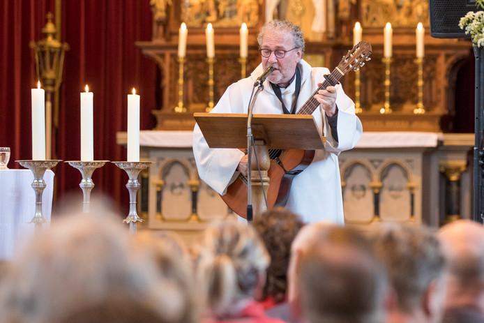 Pastor Rens Stobbelaar doet met zijn gitaar ook een duit in het zakje.
