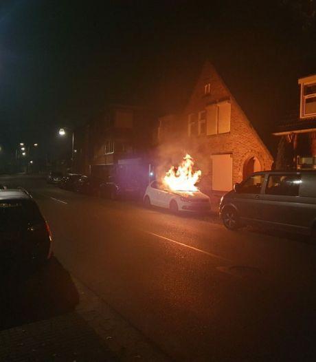 Politie op zoek naar 2 mannen die auto in brand staken in Almelo