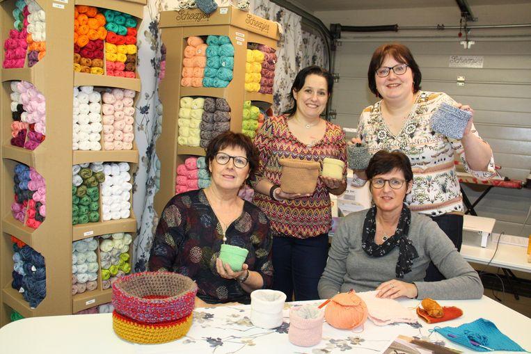 Ria Herreman, Caroline Maes, Silvia Vandamme en Sarah Depré tonen een aantal van de buideltasjes die ze al gemaakt hebben. De groep is veel ruimer dan het kwartet op de foto