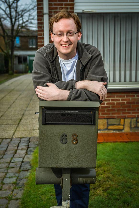Derek bij de brievenbus waar al bijna 200 kaartjes in werden gedropt. En aangezien de postbode sinds de vrijdagkrant nog maar één keer is kunnen passeren (op maandag), verwacht de jongeman uit Heffen er nog veel meer.