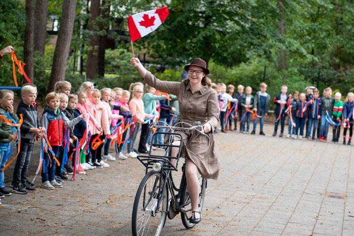 Tour de Vrijheid arriveert bij de Prinses Marijkeschool.