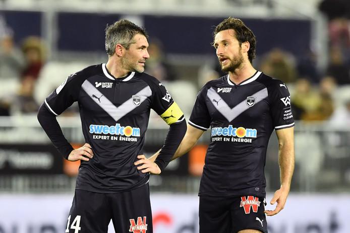 Jérémy Toulalan in gesprek met teamgenoot Paul Baysse.