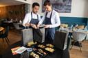 Zevenbergen - Pix4Profs/René Schotanus. Randy Diederman en zijn vrouw Marisca van restaurant Zeste pakken een bezorgmaaltijd in.