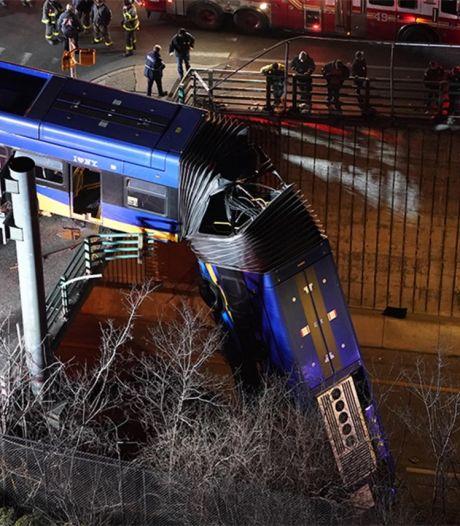 Un bus dérape et fini sa course suspendu à un pont